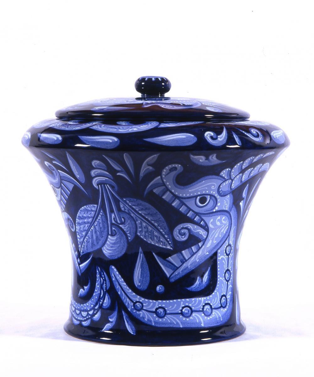 vaso di Pablo Echaurren con predominanza di decorazioni in blu cobalto