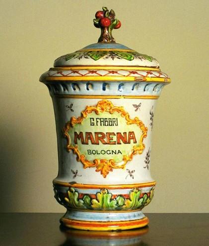 vaso originale che conteneva le amarene Fabbri, prodotto da Angelo Minghetti ispirato ai contenitori in ceramica utilizzati nelle farmacie.